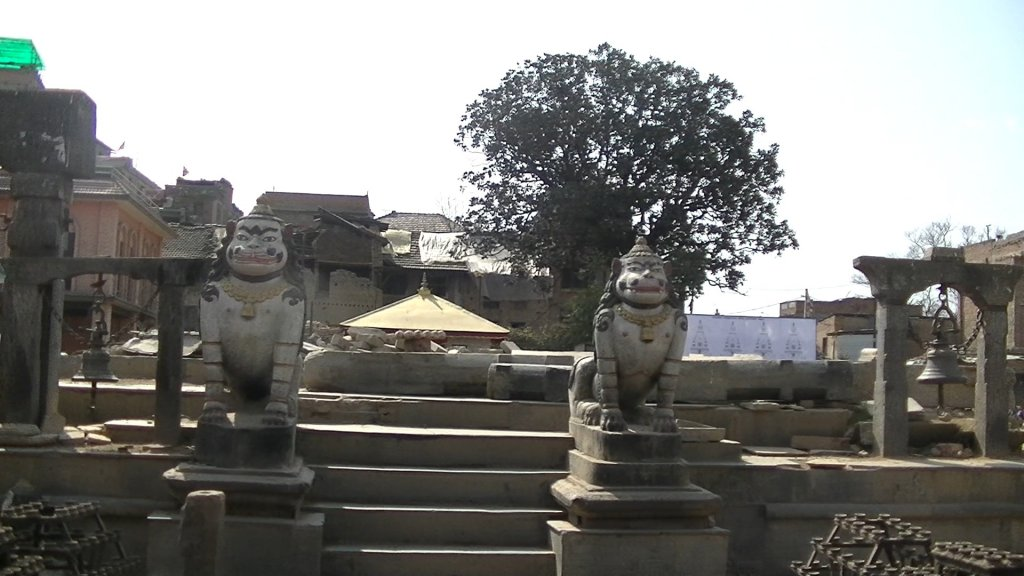 The guardians of the Machhendranath Temple are still standing - The temple is destroyed - Highslide JS